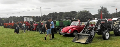 Collection de véhicules datant des années 1950 comprandra des tracteurs Société Français.