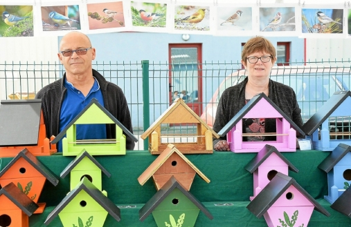 Pascal Bourges et son épouse Marie-Christine présentent les nichoirs tout type avec de belles couleurs pour les oiseaux des jardins.